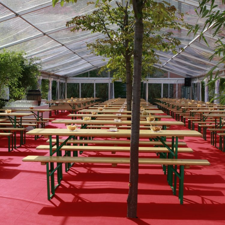 VIP Zelt mit Bierbänken